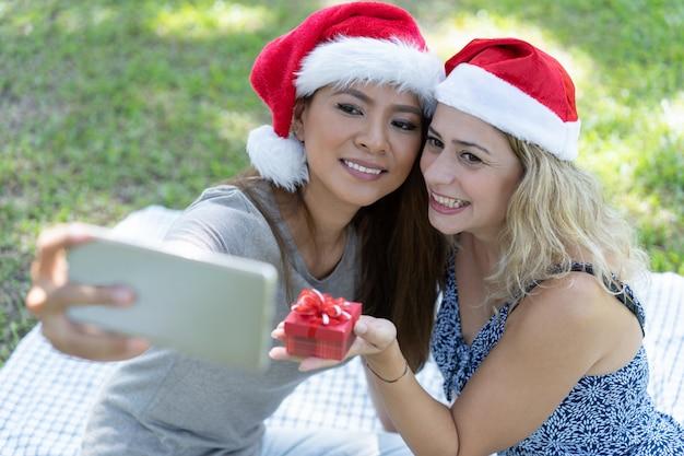 Foto Di Natale Con Donne.Donne Sorridenti Che Prendono La Foto Del Selfie Con Il