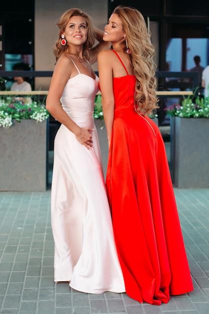 Donne splendide e attraenti in abiti da sera lunghi in posa Foto Premium
