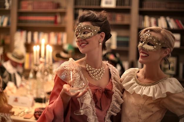 Donne su una palla in maschera Foto Premium