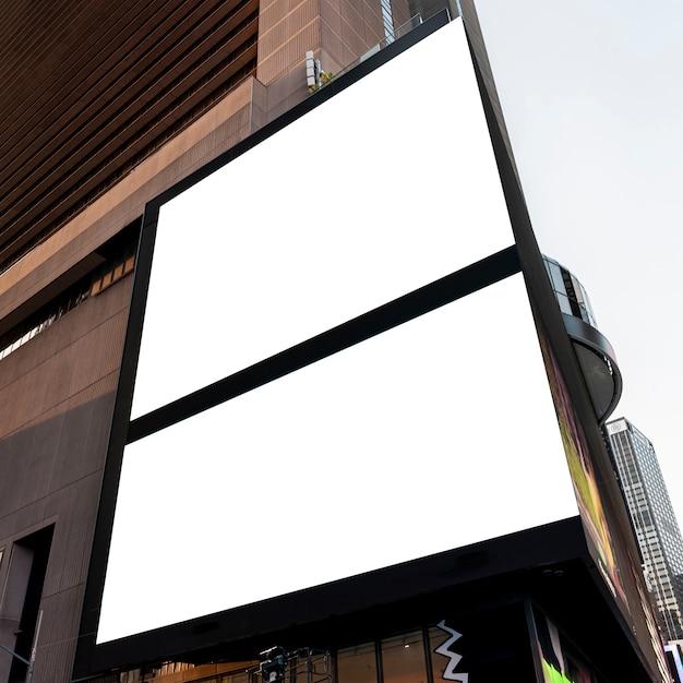 Doppi cartelloni pubblicitari mock-up sull'edificio della città Foto Gratuite