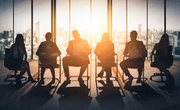 Doppia esposizione di molti uomini d'affari. Foto Premium
