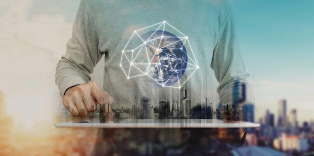 Doppia esposizione, un uomo che lavora su tavoletta digitale e tecnologia di ologramma di connessione di rete globale Foto Premium