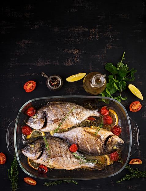 Dorado al forno del pesce con il limone e le erbe in teglia Foto Gratuite
