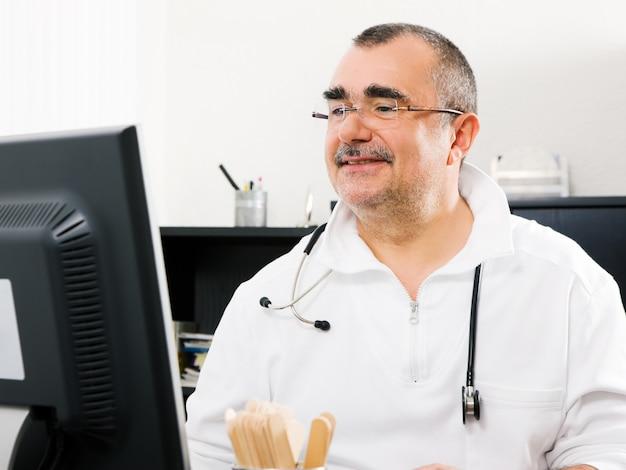 Dottore che lavora in ufficio Foto Premium