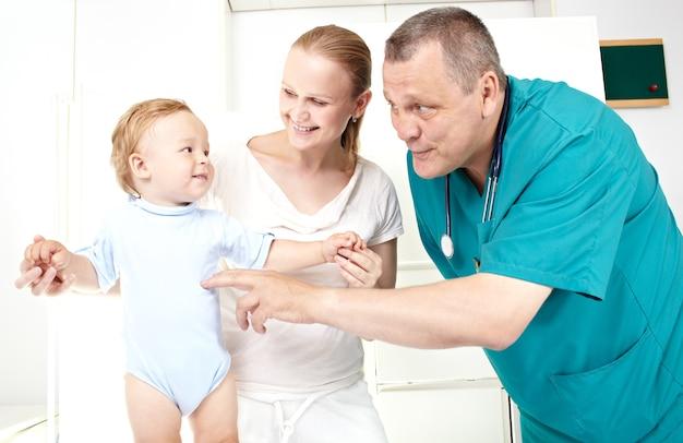 Dottore, ragazzo, madre felice. Foto Premium