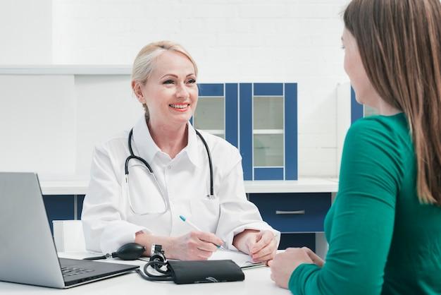 Dottore tendente ad un paziente Foto Gratuite