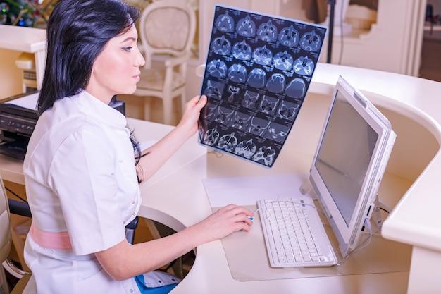 Dottoressa guardando una radiografia tomografica Foto Premium