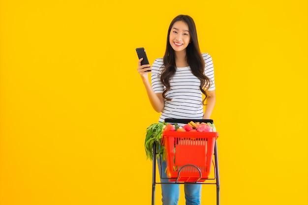 Drogheria di acquisto della giovane donna asiatica dal supermercato Foto Gratuite