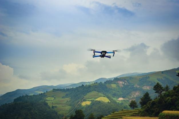 Drone moderno con il volo della macchina fotografica sulle risaie a terrazze al tramonto nel vietnam. Foto Premium