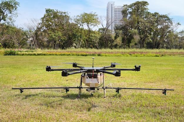Drone su erba verde per spruzzare acqua dall'aria Foto Premium