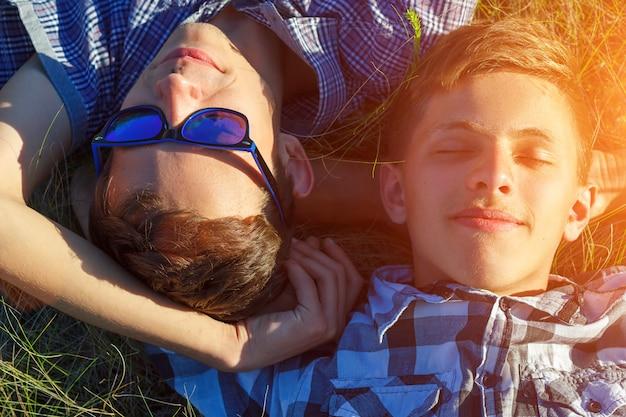 Due amici si trovano sull'erba Foto Premium