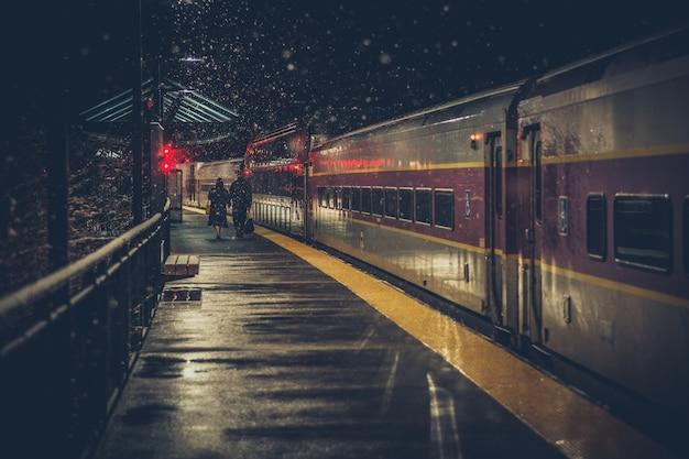 Due anziani alla stazione ferroviaria Foto Gratuite