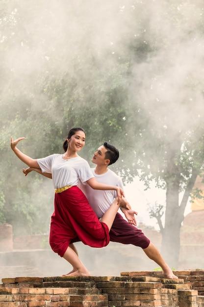 Due arte di danza tailandese, azione di prestazioni di pantomima della tailandia Foto Premium