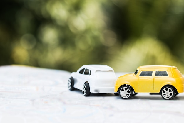 Due auto in miniatura incidente stradale su strada Foto Premium