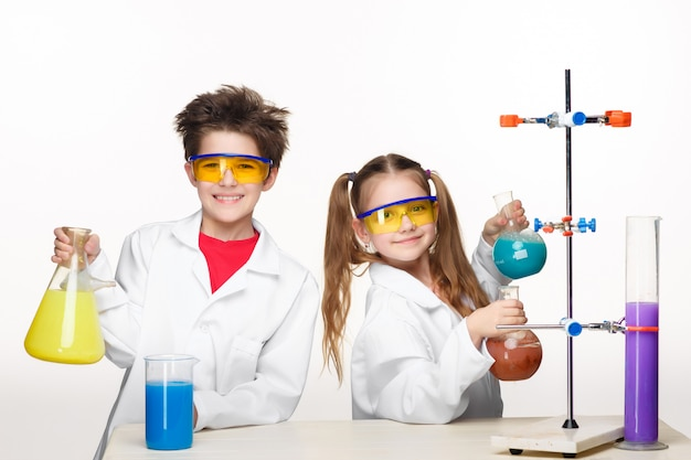 Due bambini carini alla lezione di chimica facendo esperimenti Foto Gratuite