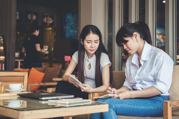 Due belle donne che lavorano in un coffee shop Foto Gratuite
