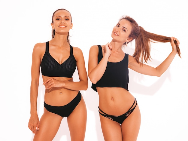 Due belle donne sexy sorridenti in lingerie nera Foto Gratuite