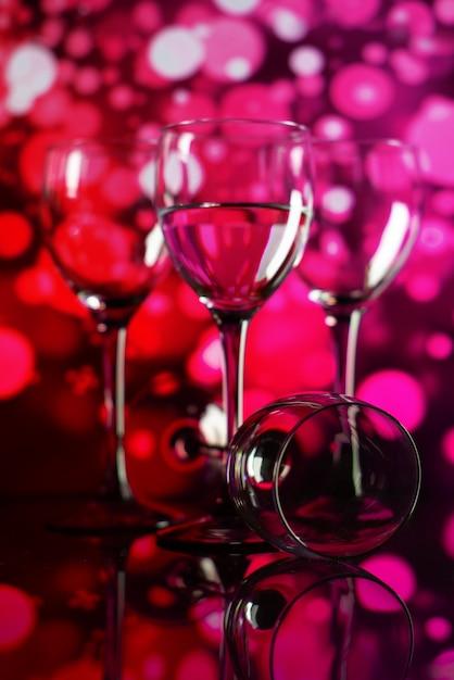 Due bicchieri di champagne con luci sullo sfondo. profondità di campo molto bassa, concentrarsi sul vetro vicino. Foto Premium
