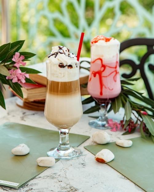 Due bicchieri di latte e cocktail alla fragola Foto Gratuite