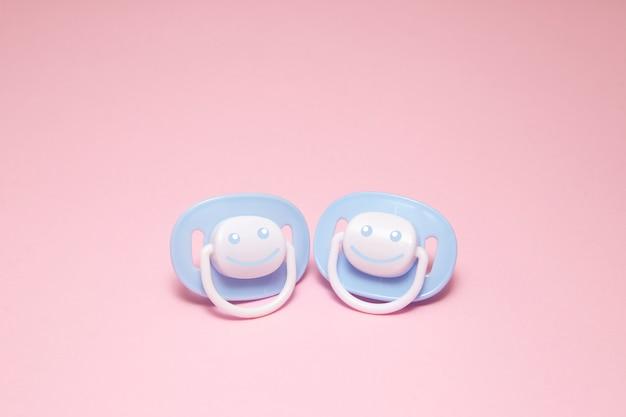 Due blue baby succhietto o manichino con un sorriso Foto Premium