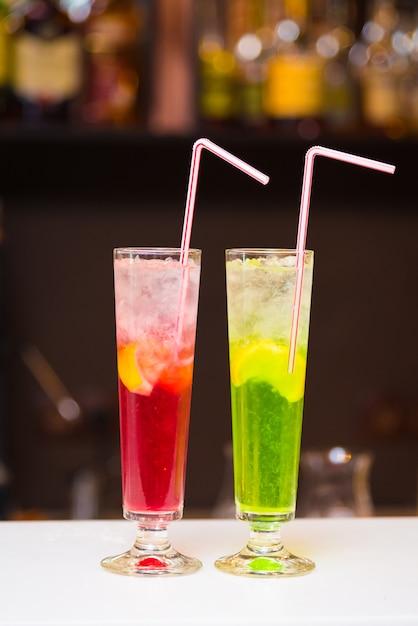 Due cocktail colorati luminosi nel bar Foto Premium