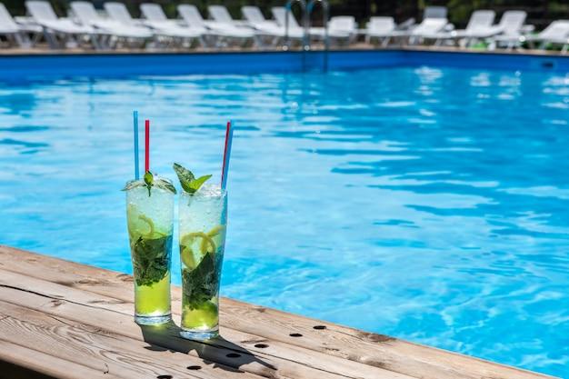 Due cocktail mojito con lime e menta in bicchiere highball Foto Premium