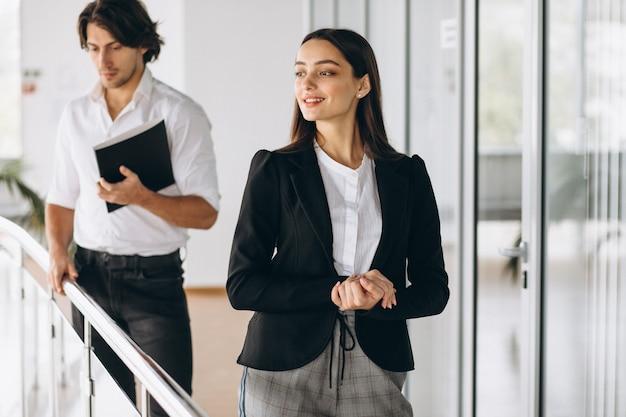 Due colleghi che lavorano in un centro business Foto Gratuite