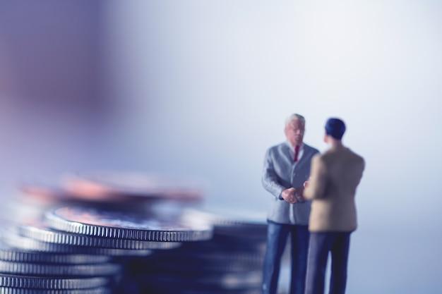 Due concetti di uomo d'affari, risparmio e finanza. Foto Premium