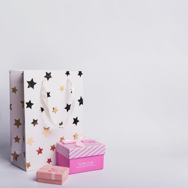Due contenitori di regalo e sacchetto di carta commerciale su fondo bianco Foto Gratuite