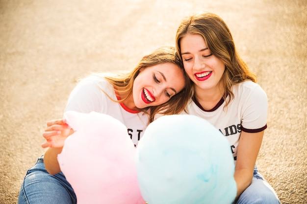 Due coppie lesbiche felici con zucchero filato Foto Gratuite