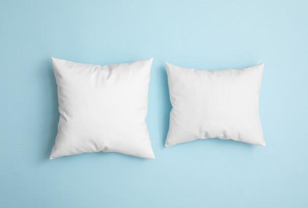 Due cuscini sullo sfondo blu Foto Premium