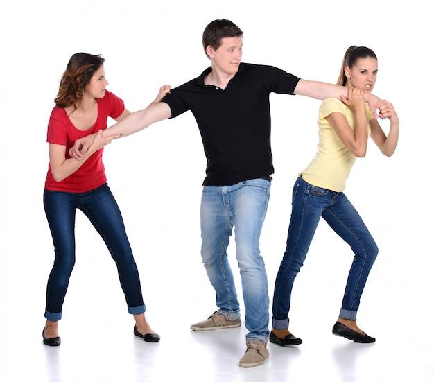 Due donna arrabbiata in lotta per un uomo. Foto Premium