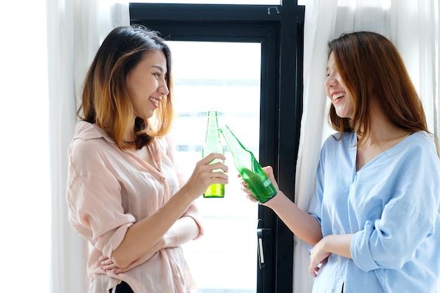 Due donne asiatiche che bevono birra alla festa Foto Premium