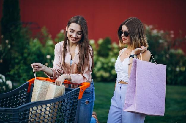 Due donne che acquistano dal mercato con il carrello Foto Gratuite
