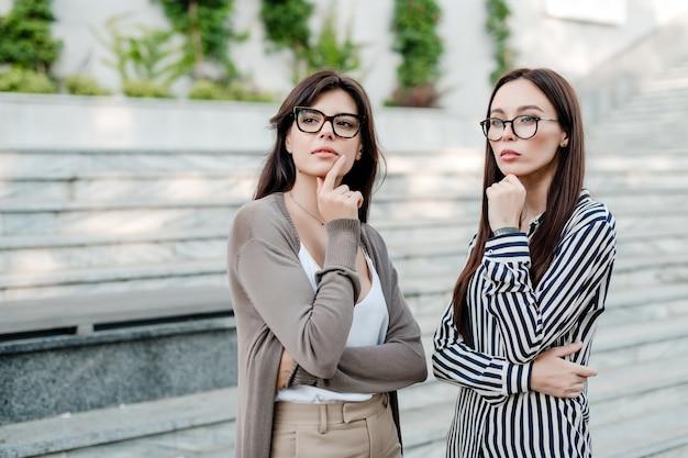 Due donne d'affari nel pensiero di occhiali Foto Premium
