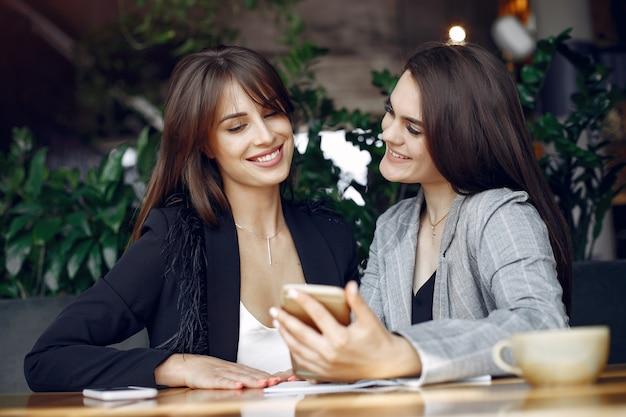 Due donne di affari che lavorano in un caffè Foto Gratuite