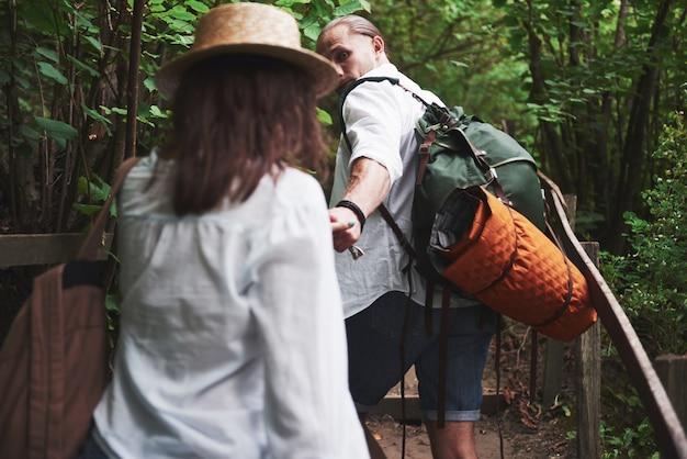 Due escursionisti con zaini sul retro in natura. Foto Gratuite