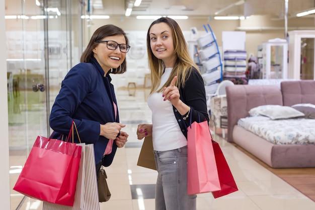 Due femmine godendo di shopping al centro commerciale Foto Premium
