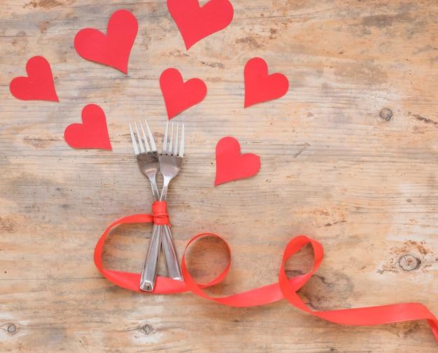 Due forchette con cuori di carta Foto Gratuite
