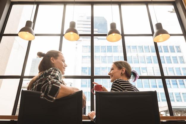 Due freelance che lavorano in un coffee shop, lavoratore nomade concettuale Foto Premium