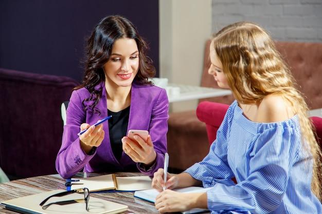 Due freelance stanno discutendo nuovi progetti seduti in un bar Foto Premium