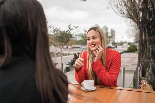 Due giovani amici al bar. Foto Premium