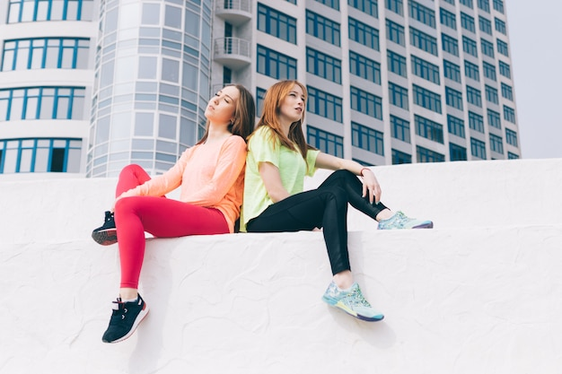 Due giovani amici stanno riposando in città Foto Premium