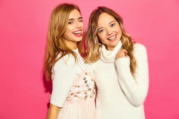 Due giovani belle donne sorridenti in abiti bianchi alla moda estate Foto Gratuite