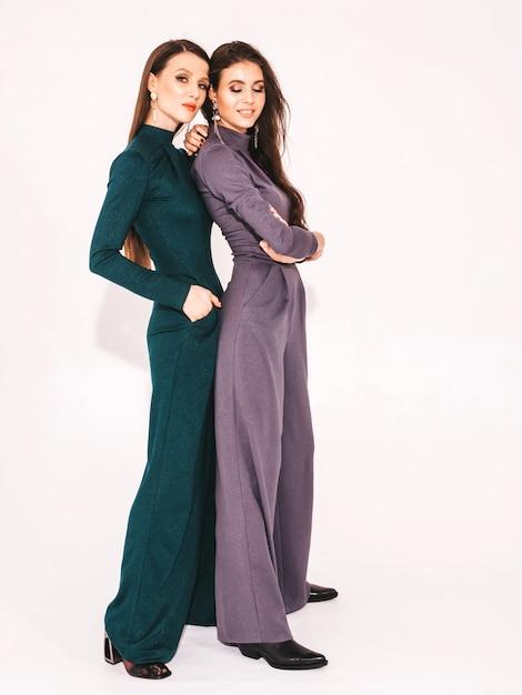 Due giovani belle ragazze castane in bei vestiti alla moda estate vestito Foto Gratuite