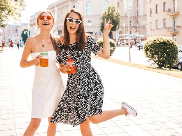 Due giovani belle ragazze sorridenti hipster in abiti estivi alla moda Foto Gratuite