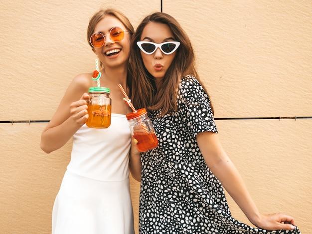 Due giovani belle ragazze sorridenti hipster in abiti estivi alla moda. Foto Gratuite