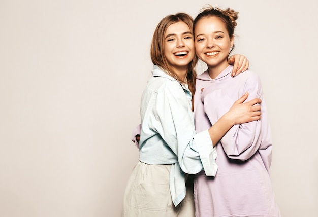 Due giovani belle ragazze sorridenti in abiti estivi alla moda. donne sexy spensierate. modelli positivi Foto Gratuite