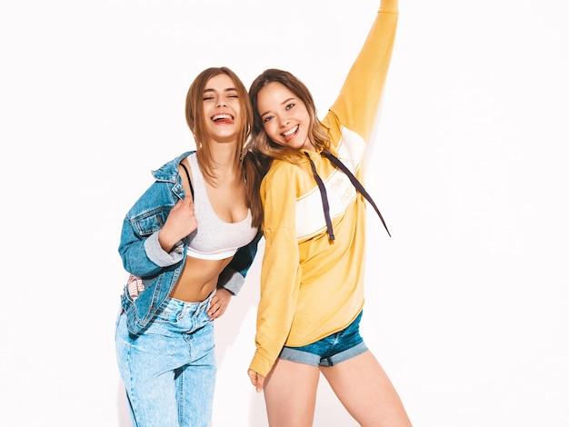 Due giovani belle ragazze sorridenti in jeans alla moda estate vestiti. donne sexy spensierate. modelli positivi Foto Gratuite
