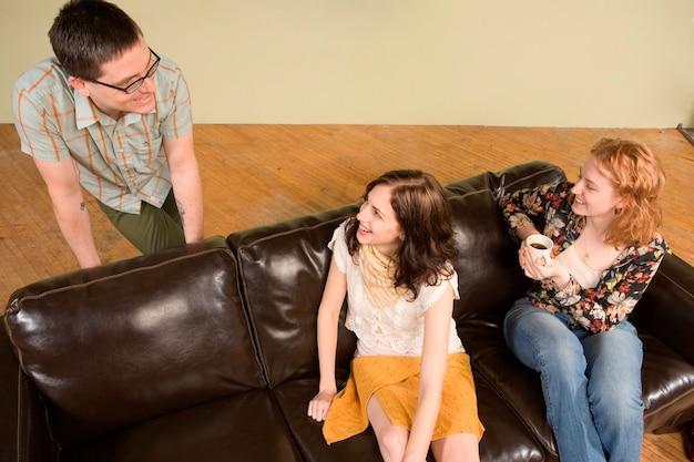 Due giovani donne che parlano all'uomo Foto Premium